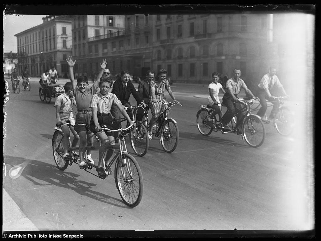 Persone in tandem a Milano, anni 1930-1940